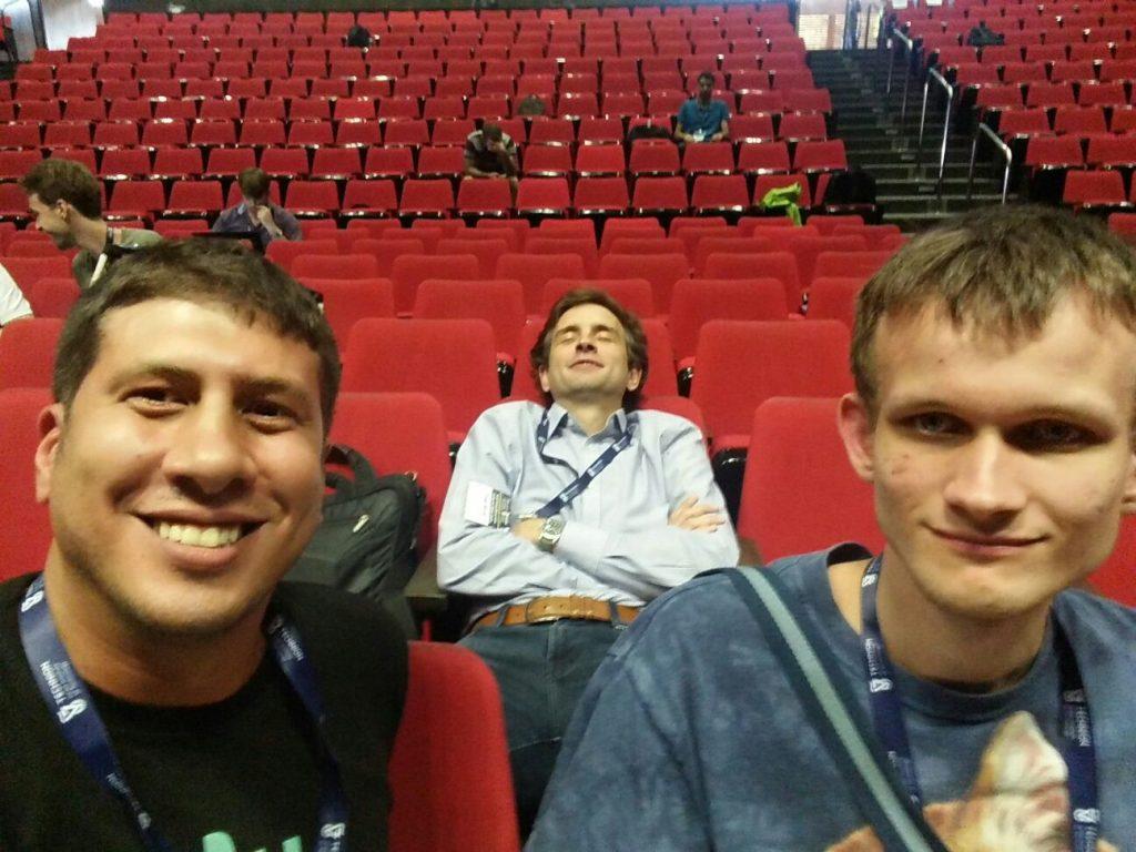 בתמונה עם ויטליק בוטרין (מייסד את'ריום) וזוקו וילקוס (מייסד Zcash)
